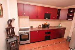 Кухня. Продается квартира в Каваце. 72м2, гостиная, 2 спальни, 2 балкона, 2.5 км до моря, цена - 75'000 Евро. в Каваче