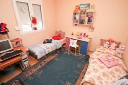 Спальня. Продается квартира в Каваце. 72м2, гостиная, 2 спальни, 2 балкона, 2.5 км до моря, цена - 75'000 Евро. в Каваче
