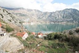 Вид на море. Боко-Которская бухта, Черногория, Рисан : Апартамент для 10 человек, с большой гостиной, с 3-мя отдельными спальнями, с 2-мя ванными комнатами, с балконом с шикарным видом на море, 150 метров до пляжа