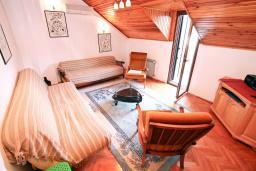 Гостиная. Боко-Которская бухта, Черногория, Рисан : Апартамент для 10 человек, с большой гостиной, с 3-мя отдельными спальнями, с 2-мя ванными комнатами, с балконом с шикарным видом на море, 150 метров до пляжа