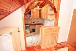 Кухня. Боко-Которская бухта, Черногория, Рисан : Апартамент для 10 человек, с большой гостиной, с 3-мя отдельными спальнями, с 2-мя ванными комнатами, с балконом с шикарным видом на море, 150 метров до пляжа
