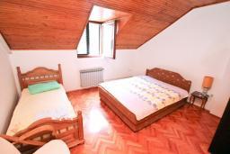 Спальня. Боко-Которская бухта, Черногория, Рисан : Апартамент для 10 человек, с большой гостиной, с 3-мя отдельными спальнями, с 2-мя ванными комнатами, с балконом с шикарным видом на море, 150 метров до пляжа