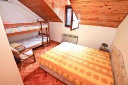 Спальня 2. Боко-Которская бухта, Черногория, Рисан : Апартамент для 10 человек, с большой гостиной, с 3-мя отдельными спальнями, с 2-мя ванными комнатами, с балконом с шикарным видом на море, 150 метров до пляжа