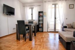 Студия (гостиная+кухня). Будванская ривьера, Черногория, Будва : Современная студия с большим балконом