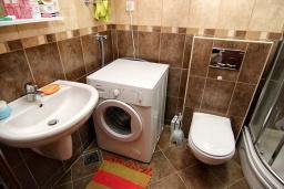 Ванная комната. Будванская ривьера, Черногория, Будва : Современная студия с большим балконом