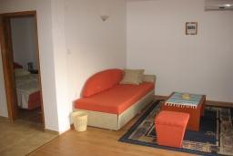 Спальня. Бечичи, Черногория, Бечичи : Комплекс 2-х этажных вилл, состоящий из 2-х двухместных апартаментов-студий, 8 апартаментов 2+2, по одному двухэтажному апартаменту 4+4 и 2+4, с бассейном, с большой зеленой территорией, с детской площадкой, с рестораном, несколько парко