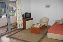 Спальня 3. Бечичи, Черногория, Бечичи : Комплекс 2-х этажных вилл, состоящий из 2-х двухместных апартаментов-студий, 8 апартаментов 2+2, по одному двухэтажному апартаменту 4+4 и 2+4, с бассейном, с большой зеленой территорией, с детской площадкой, с рестораном, несколько парко