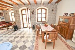Гостиная. Будванская ривьера, Черногория, Риека Режевичи : 3-х этажный дом с 4 отдельными спальнями, с бассейном, с большим садом, с террасой с видом на море, с местом для барбекю, Wi-Fi