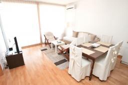 Гостиная. Будванская ривьера, Черногория, Будва : Современный апартамент с отдельной спальней, с балконом с видом на море
