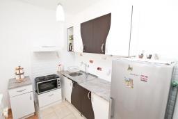 Кухня. Будванская ривьера, Черногория, Будва : Современный апартамент с отдельной спальней, с балконом с видом на море