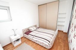 Спальня. Будванская ривьера, Черногория, Будва : Современный апартамент с отдельной спальней, с балконом с видом на море