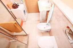 Ванная комната. Будванская ривьера, Черногория, Будва : Современный апартамент с отдельной спальней, с балконом с видом на море