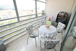 Балкон. Будванская ривьера, Черногория, Будва : Современный апартамент с отдельной спальней, с балконом с видом на море