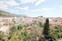 Вид на море. Будванская ривьера, Черногория, Будва : Современный апартамент с отдельной спальней, с балконом с видом на море