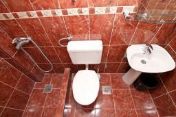 Ванная комната. Будванская ривьера, Черногория, Будва : Студия с террасой в 500 метрах от моря