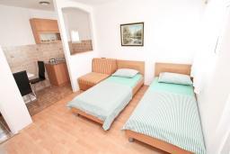 Студия (гостиная+кухня). Будванская ривьера, Черногория, Будва : Студия на первом этаже с террасой