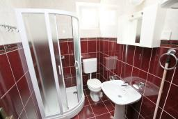 Ванная комната. Будванская ривьера, Черногория, Будва : Студия на первом этаже с террасой