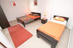 Спальня. Будванская ривьера, Черногория, Будва : Апартамент с отдельной спальней, с террасой