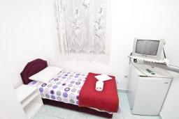 Спальня. Будванская ривьера, Черногория, Будва : Комната для 2-х человек, с кондиционером и балконом