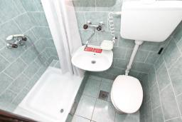 Ванная комната. Будванская ривьера, Черногория, Будва : Комната для 2-х человек, с кондиционером и балконом