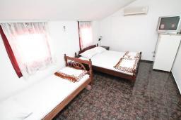 Спальня. Будванская ривьера, Черногория, Будва : Комната для 3-х человек, с кондиционером и балконом