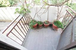 Балкон. Продается 3-х этажный дом в Будве. 491м2, гостиная, 7 спален, 5 ванных комнат, большой двор, 350 метров до моря, цена - 850'000 Евро. в Будве