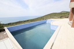 Бассейн. Продается современный дом в Кримовице. 378м2, большая гостиная, 3 спальни, 2 ванные комнаты, бассейн, камин, огромная терраса с шикарным видом на море, 2км до пляжа, цена - 450'000 Евро. в Кримовице