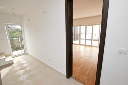 Коридор. Продается современный дом в Кримовице. 378м2, большая гостиная, 3 спальни, 2 ванные комнаты, бассейн, камин, огромная терраса с шикарным видом на море, 2км до пляжа, цена - 450'000 Евро. в Кримовице