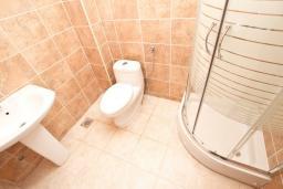 Ванная комната. Продается квартира в Будве, Дубовица. 49м2, гостиная, 2 спальни, балкон с видом на море, 1.2км до пляжа, цена - 85'000 Евро. в Будве
