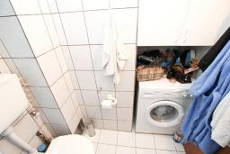 Ванная комната. Продается квартира в Будве, Бабилония. 36м2, гостиная, спальня, 400 метров до моря, цена - 70'000 Евро. в Будве