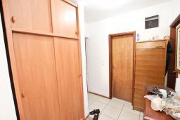Коридор. Продается квартира в Будве, Бабилония. 36м2, гостиная, спальня, 400 метров до моря, цена - 70'000 Евро. в Будве