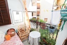 Балкон. Продается квартира в Будве, Бабилония. 36м2, гостиная, спальня, 400 метров до моря, цена - 70'000 Евро. в Будве