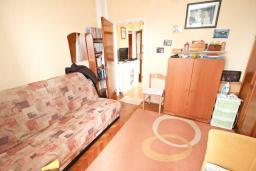 Спальня 2. Продается квартира в Петроваце. 50м2, гостиная-кухня, 2 спальни, 30 метров до моря, цена - 110'000 Евро. в Петроваце