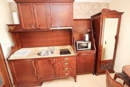Кухня. Будванская ривьера, Черногория, Булярица : Большой люкс апартамент для 5-6 человек, с гостиной, с 2-мя отдельными спальнями, с балконом с видом на бассейн