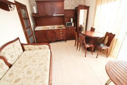 Гостиная. Будванская ривьера, Черногория, Булярица : Большой люкс апартамент для 5-6 человек, с гостиной, с 2-мя отдельными спальнями, с балконом с видом на бассейн