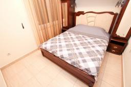 Спальня. Будванская ривьера, Черногория, Булярица : Большой люкс апартамент для 5-6 человек, с гостиной, с 2-мя отдельными спальнями, с балконом с видом на бассейн