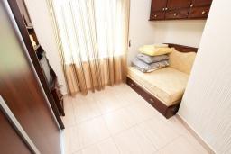 Спальня 2. Будванская ривьера, Черногория, Булярица : Большой люкс апартамент для 5-6 человек, с гостиной, с 2-мя отдельными спальнями, с балконом с видом на бассейн