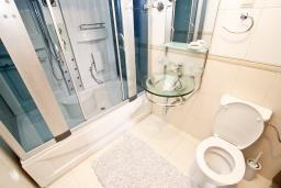 Ванная комната. Будванская ривьера, Черногория, Булярица : Большой люкс апартамент для 5-6 человек, с гостиной, с 2-мя отдельными спальнями, с балконом с видом на бассейн