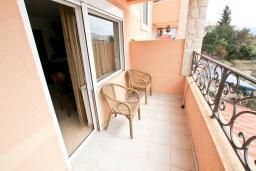 Балкон. Будванская ривьера, Черногория, Булярица : Большой люкс апартамент для 5-6 человек, с гостиной, с 2-мя отдельными спальнями, с балконом с видом на бассейн