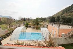 Вид. Будванская ривьера, Черногория, Булярица : Большой люкс апартамент для 5-6 человек, с гостиной, с 2-мя отдельными спальнями, с балконом с видом на бассейн