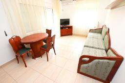 Гостиная. Будванская ривьера, Черногория, Булярица : Люкс апартамент с гостиной, с отдельной спальней, с балконом с видом на горы