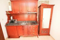 Кухня. Будванская ривьера, Черногория, Булярица : Люкс апартамент с гостиной, с отдельной спальней, с балконом с видом на горы