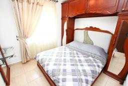 Спальня. Будванская ривьера, Черногория, Булярица : Люкс апартамент с гостиной, с отдельной спальней, с балконом с видом на горы