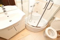 Ванная комната. Будванская ривьера, Черногория, Булярица : Люкс апартамент с гостиной, с отдельной спальней, с балконом с видом на горы