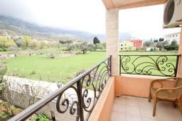 Балкон. Будванская ривьера, Черногория, Булярица : Люкс апартамент с гостиной, с отдельной спальней, с балконом с видом на горы