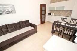 Гостиная. Будванская ривьера, Черногория, Булярица : Апартамент с гостиной, с отдельной спальней, с балконом с видом на горы