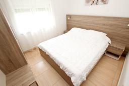 Спальня. Будванская ривьера, Черногория, Булярица : Апартамент с гостиной, с отдельной спальней, с балконом с видом на горы