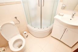 Ванная комната. Будванская ривьера, Черногория, Булярица : Апартамент с гостиной, с отдельной спальней, с балконом с видом на горы
