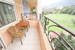 Балкон. Будванская ривьера, Черногория, Булярица : Апартамент с гостиной, с отдельной спальней, с балконом с видом на горы