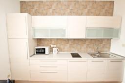 Кухня. Будванская ривьера, Черногория, Булярица : Апартамент с гостиной, с отдельной спальней, с балконом с видом на море и бассейн